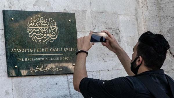 Papan nama telah berubah menjadi The Hagia Sophia Grand Mosque