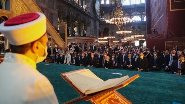 Presiden Turki, Recep Tayyip Erdogan turut menghadiri salat Jumat perdana tersebut.