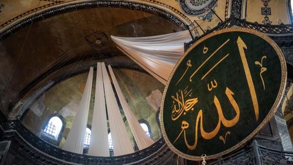 Selama pelaksanaan salat Jumat, gambar dan mosaik tokoh-tokoh Kristen di Hagia Sophia akan ditutup sementara dengan tirai.