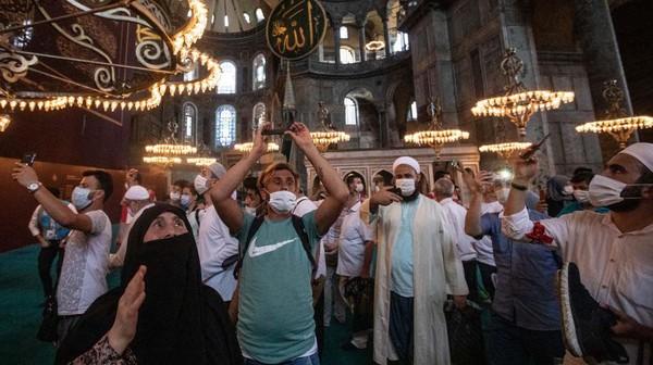 Ketika di luar waktu salat, Hagia Sophia akan terbuka untuk semua pengunjung dan wisatawan.
