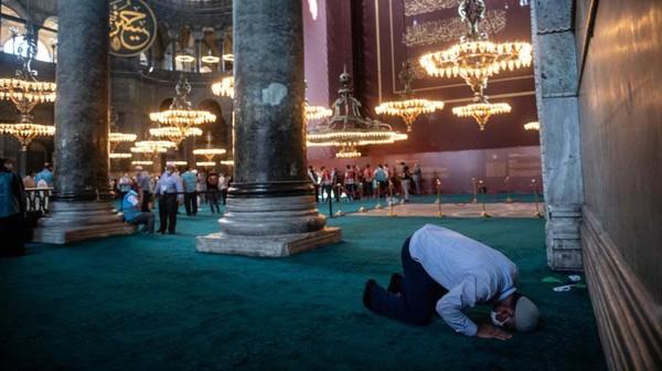 Kini lantai bagian dalam Hagia Sophia ditutup karpet.