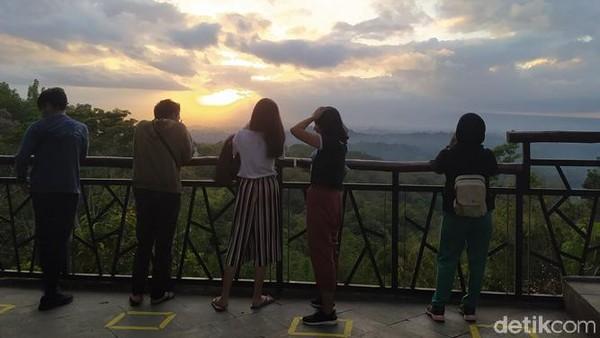 Setelah ditutup sejak 16 Maret 2020, Wisata alam dan sunrise Punthuk Setumbu kembali buka. Wisatawan mulai berdatangan ke destinasi ini. (Eko Susanto/detikcom)
