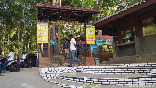 Tiket masuk menuju Punthuk Setumbu dibanderol dengan harga Rp 20.000 untuk wisatawan nusantara, sedangkan wisatawan mancanegara dikenakan Rp 50.000. Kemudian, tarif parkir sepeda motor Rp 3.000 dan mobil Rp 10.000. (Eko Susanto/detikcom)