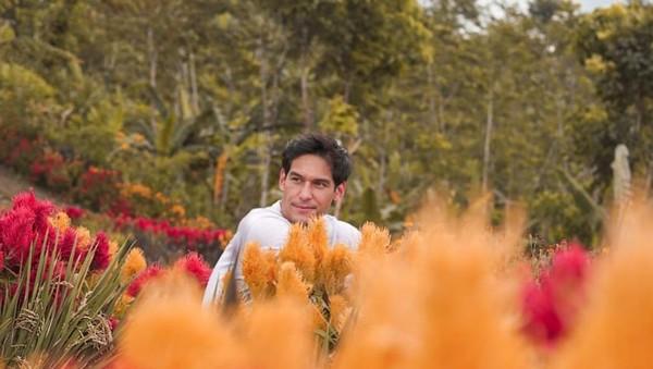 Si ganteng Richard Kyle kedapatan liburan ke Agrowisata Tamansuruh di Banyuwangi. Pria yang dikabarkan batal menikah dengan Jessica Iskandar ini terlihat asyik menikmati cantiknya bunga di taman itu. (Instagram/@richo_kyle)