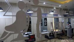 Sekda Kota Bandung tinjau penerapan protokol kesehatan di sejumlah salon. Mereka pun turut beri masukan pada salon itu terkait penerapan protokol kesehatan.