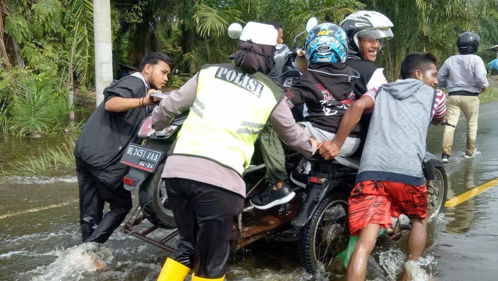 Jalan di Aceh Jaya Tergenang Banjir, Motor Melintas Diangkut Becak