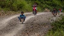Seru! Anak-anak Ini Meluncur dengan Sepeda Motor dari Kayu