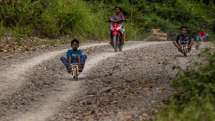 Sejumlah anak membawa permainan sepeda motornya yang terbuat dari kayu di Dusun Salena, Palu, Sulawesi Tengah, Selasa (28/7/2020). Anak-anak di desa itu masih menggunakan bahan-bahan tradisional alam buatan sendiri untuk bermain. ANTARAFOTO/Basri Marzuki/hp.