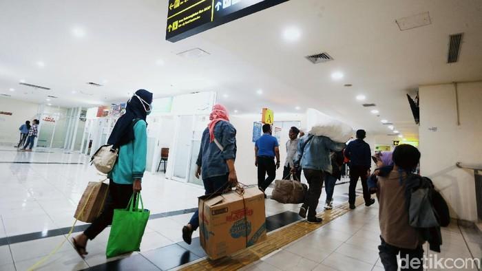 Terminal Terpadu Pulo gebang, Jakarta Timur, Rabu (29/07/2020), mulai dipadati oleh pemudik yang akan pulang kampung jelang Hari Raya Idul Adha.