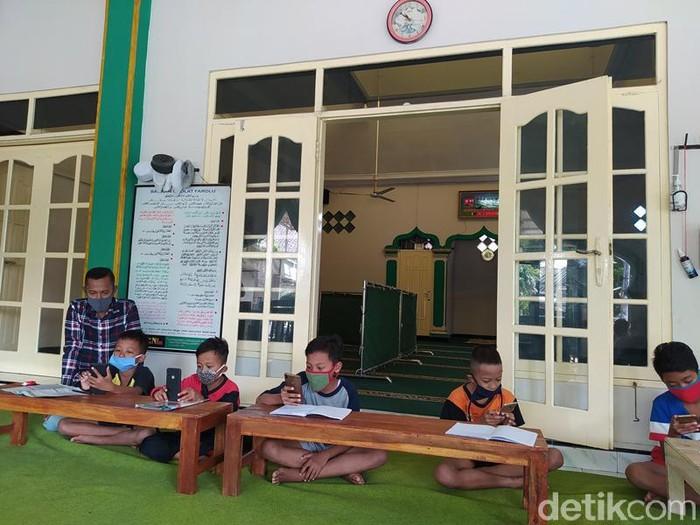 Takmir masjid di Kabupaten Magelang sediakan WiFi gratis untuk siswa dan mahasiswa belajar online, Rabu (29/7/2020).
