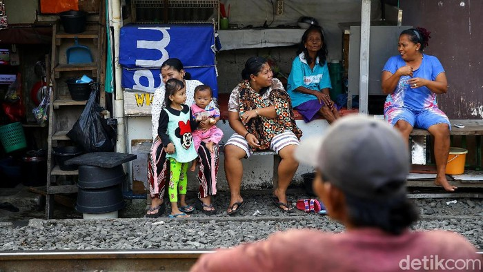 Pandemi COVID-19 berdampak pada perekonomian Indonesia. Badan Pusat Statistik pun catat angka kemiskinan per Maret 2020 alami kenaikan menjadi 26,42 juta orang.