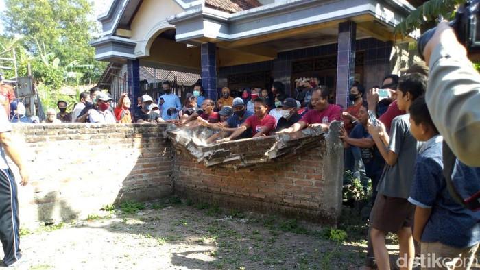 tembok pagar yang memblokade rumah wisnu dibongkar