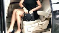 Cari harta karun, demikian caption foto yang ditulis Vernita pada salah satu unggahannya pada 29 Oktober 2018. Saat itu ia terlihat menggunakan setelan pakaian serba hitam sembari duduk di atas mobil MPV Premium yang disinyalir Toyota Alphard.Foto: Instagram @vernitasyabilla