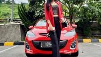 Tidak hanya MPV premium, Vernita juga pernah bergaya di depan mobil hatchback Mazda 2. Mobil dengan kelir merah yang diajak pose Vernita itu merupakan generasi sekitar 2011 - 2013.Foto: Instagram @vernitasyabilla