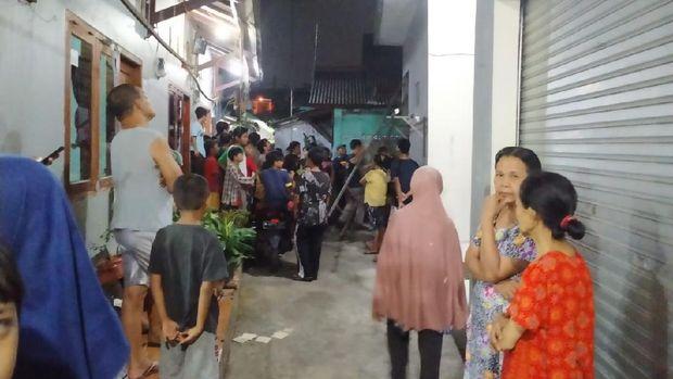 Warga di Jalan GG Masjid, Cisalak, Sukmajaya, Depok, Jawa Barat, mencari anak yang disebut diculik kolong wewe, Selasa (28/7/2020) malam.
