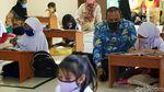Wakil Wali Kota Bekasi Ajari Siswi Belajar