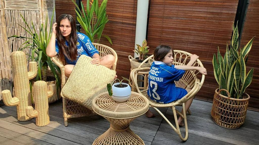 Wulan Guritno dan Putrinya Pamer Jersey Persib Milik Febri Hariyadi
