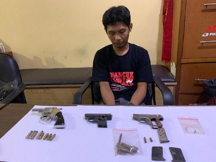 YA (31) ditangkap karena menyimpan senjata api yang bukan miliknya