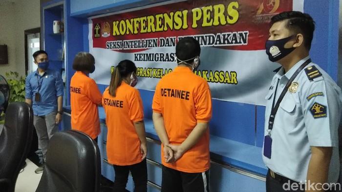 3 WN China dideportasi dari Makassar (Hermawan-detikcom).