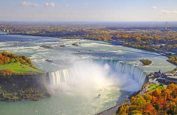 Air Terjun Niagara telah berusia 12 ribu tahun lho. Walaupun sudah terkesan sangat tua, namun ternyata Niagara Falls termasuk air terjun termuda dalam keajaiban geografi dunia. Yang lebih tua adalah Giant Causeway di Irlandia yang berusia lebih 60 juta tahun. (iStock)