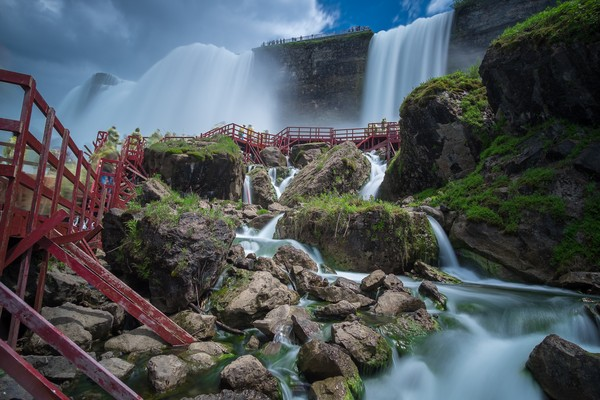 Konon Air Terjun Niagara memiliki debit air terbesar di dunia. Air terjun ini mengalir 28 juta liter atau sekitar 700.000 galon air mengalir tiap detiknya. (iStock)