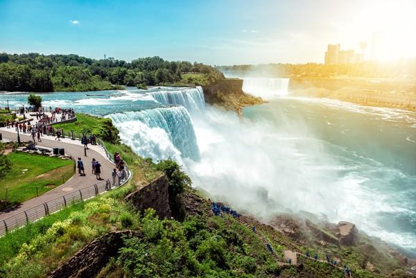 Air terjun ini memiliki ketinggian 99 meter dan merupakan gabungan dari beberapa air terjun. Yaitu Horseshoe Falls, American Falls, dan Bridal Veil Falls. (iStock)