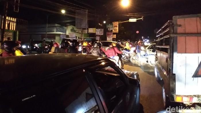 Arus lalu lintas di Bandung padat menjelang Idul Adha