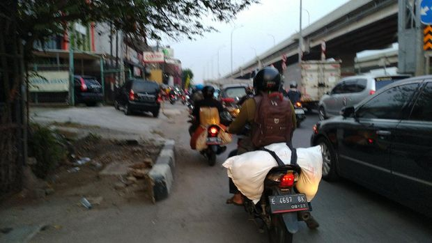 Arus mudik Idul Adha di Jalan Raya Kalimalang.