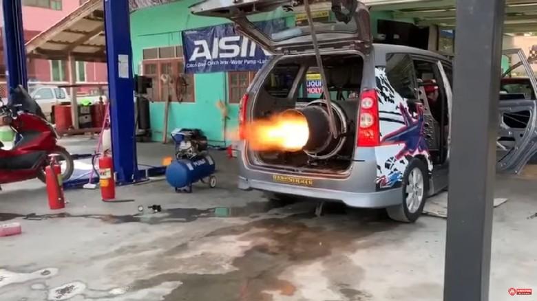 Kabin Toyota Avanza disesaki mesin jet.