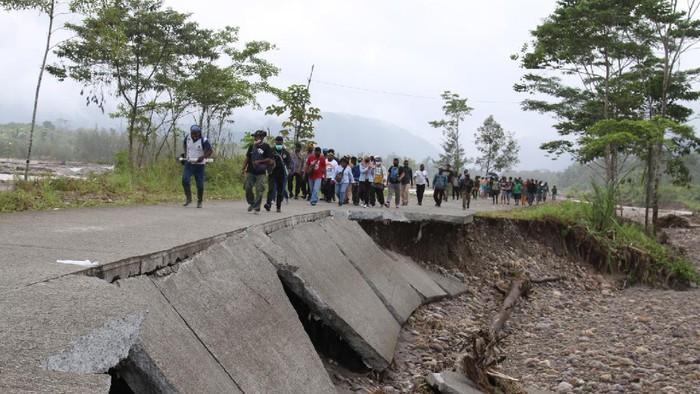 Banjir pada Minggu (26/7) lalu membuat jalan Trans Papua yang hubungkan Kabupaten Mimika-Kabupaten Nabire terputus. Rusaknya jalan itu membuat warga terisolir.