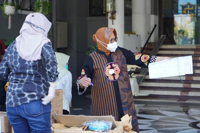 Direktur Utama PT Bank JTrust Indonesia Tbk. (J Trust Bank) Ritsuo Fukadai menyerahkan bantuan untuk tenaga medis kepada Walikota Surabaya Tri Rismaharini di Surabaya, Jawa Timur, Kamis (30/7). Bantuan J Trust Bank untuk penanganan Covid-19 berupa 250 Set Alat Pelindung Diri (APD), 5.000 masker medis, 200 pelindung wajah, 7.500 sarung tangan lateks dan 7.500 pelindung sepatu yang disalurkan melalui Pemkot Surabaya. Bantuan ini merupakan rangkaian penyaluran bantuan penanganan Covid-19 yang sebelumnya sudah dilaksanakan di Provinsi Sulawesi Selatan, Pemkot Tangerang Selatan, PMI Yogyakarta dan RSAL dr. Mintohardjo, Jakarta sebagai wujud nyata komitmen perseroan mendukung upaya Pemerintah menangani Covid-19. Melalui Program Referral Win-Win-Win, J Trust Bank mendonasikan 0,1% dari total dana yang dihimpun dari masyarakat untuk penanganan pandemi Covid-19.