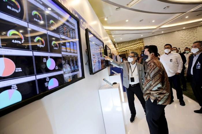 Direktur Utama PT Bank Rakyat Indonesia (Persero)Tbk Sunarso (paling kanan) saat menjelaskan paparan kinerja Bank BRI kepada Menteri BUMN Erick Thohir (paling kiri) setelah acara penandatanganan nota kesepahaman BRI dengan dengan PT Telkom Indonesia (Persero)Tbk tentang pemanfaatan potensi bersama layanan teknologi berbasis satelit yang berlangsung di Gedung BRI, Jakarta (30/07). Hingga Juli 2020, Bank BRI telah menyalurkan kredit sebesar Rp 24,93 triliun atau telah mencapai 83,1 persen dari target yang ditetapkan pemerintah Rp 30 triliun hingga akhir September 2020 dalam rangka program Pemulihan Ekonomi Nasional (PEN).