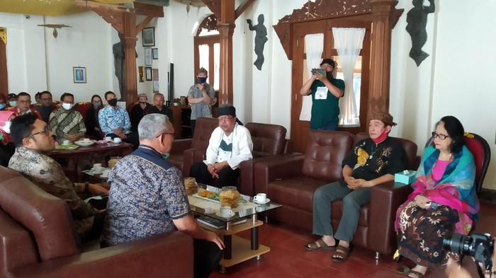 Bupati Kuningan Acep Purnama bertemu dengan masyarakat Sunda Wiwitan.
