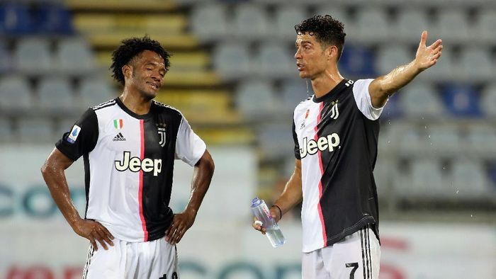 CAGLIARI, ITALY - JULY 29: Juan Cuadrado of Juventus and Cristiano Ronaldo of Juventus react during the Serie A match between Cagliari Calcio and Juventus at Sardegna Arena on July 29, 2020 in Cagliari, Italy.  (Photo by Enrico Locci/Getty Images)