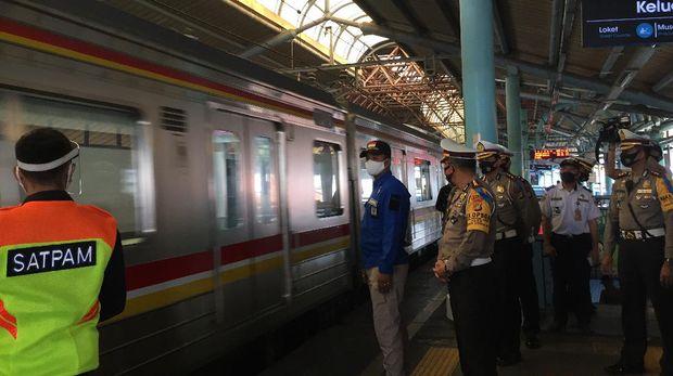 Dirlantas Polda Metro Jaya Kombes Sambodo Purnomo meninjau Stasiun Juanda