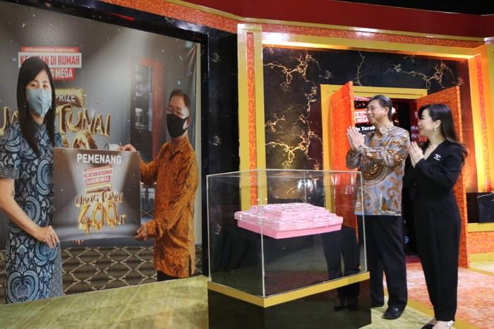 """Direktur Utama Bank Mega Kostaman Thayib (kedua kanan) didampingi oleh Direktur Consumer Banking Bank Mega Diza Larentie (kanan), menyaksikan melalui video conference penyerahan pemenang hadiah grand prize undian program tabungan """"Kejutan Di Rumah Bareng Mega"""" kepada 2 orang pemenang, yang masing-masing dilakukan di Kantor Wilayah Surabaya dan Semarang.  Kedua pemenang yang beruntung merupakan nasabah KCP Klaten dan KC Jombang dan mendapatkan uang tunai sebesar Rp800 juta."""