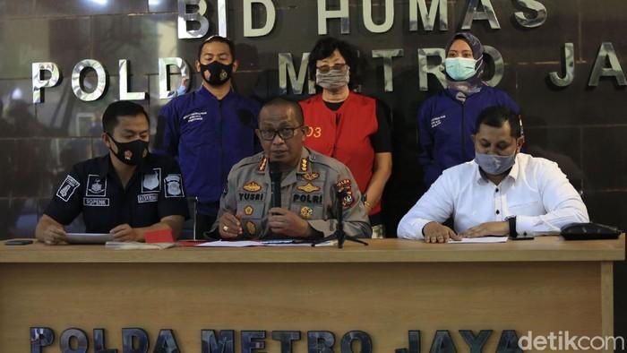 Dua pelaku pencemaran nama baik terhadap Basuki Tjahaja Purnama alias Ahok dibekuk polisi. Satu pelaku kini telah berada di Polda Metro Jaya.
