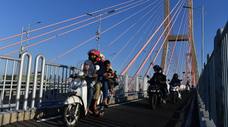 Gerbang Tol Jembatan Suramadu arah dari Surabaya menuju Madura dipadati pemotor yang hendak mudik jelang Idul Adha.