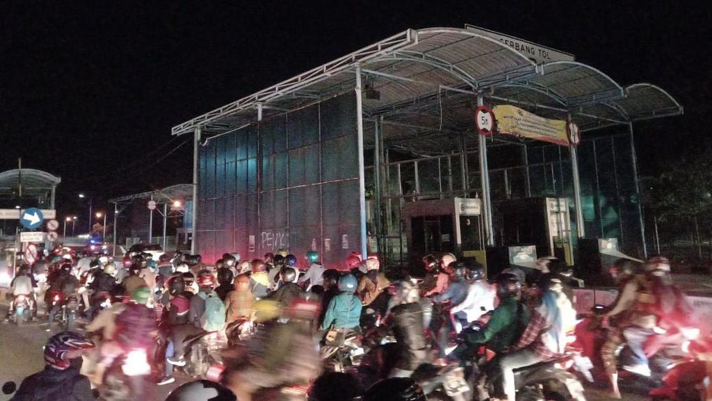 Kurangi Kemacetan Mudik Toron ke Madura, Jalur Mobil di Suramadu Dibuka