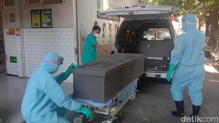 Seorang pasien COVID-19 di Surabaya bunuh diri dengan meloncat dari lantai 6 RSU Haji. Pasien tersebut baru sehari dirawat di rumah sakit ini.