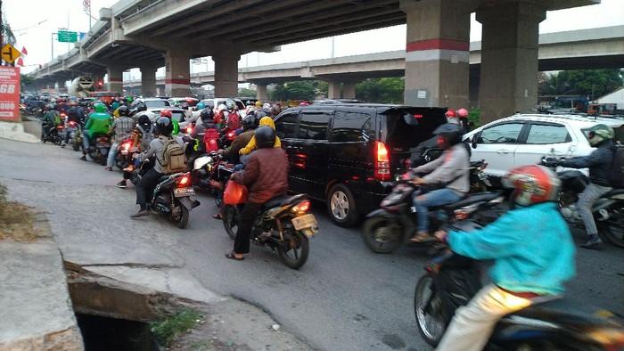 Kepadatan di Jalan Raya Kalimalang saat arus mudik Idul Adha.