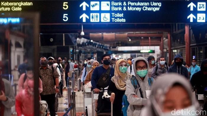Bandara Soekarno-Hatta terpantau ramai jelang libur Idul Adha yang jatuh besok, Jumat (31/7/2020). Begini potret Bandara Soetta yang penuh penumpang.