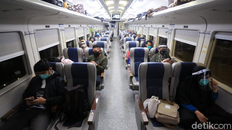 Stasiun Gambir ramai oleh pemudik yang hendak pulang ke kampung halaman. Mereka memilih untuk mudik agar dapat merayakan Idul Adha bersama keluarga.