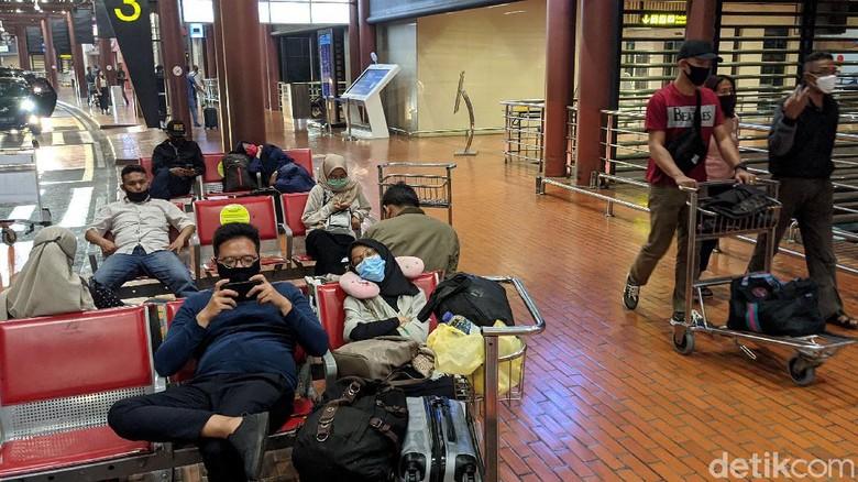 Sebagian penumpang menyukai jadwal penerbangan pagi. Konsekuensinya, mereka harus bangun dini hari. Wajah mengantuk pun tidak terhindarkan.