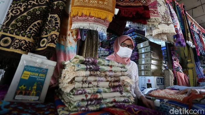Pedagang pernak-pernik dan peralatan haji dan umroh di Tanah Abang, Jakarta. terkena imbas pembatalan keberangkatan Haji. Omzet mereka menurun hingga 80%.