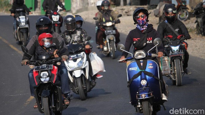 Tak sedikit warga yang mudik untuk rayakan Idul Adha di kampung halaman. Sejumlah pemudik motor pun mulai ramaikan Jalan Raya Bandung-Cianjur.