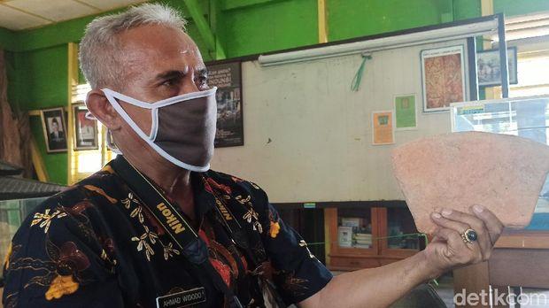 Kepala UPTD Museum Glagah Wangi Dindikbud Demak, Ahmad Widodo menunjukkan Batu bata kuno berbentuk melengkung di Museum Glagah Wangi, Demak, Kamis (30/7/2020).