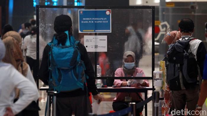 Pemudik yang menggunakan pesawat terbang wajib menyerahkan surat kesehatan saat masuk Bandara Soekarno-Hatta. Hal ini untuk memastikan penumpang bebas Corona.