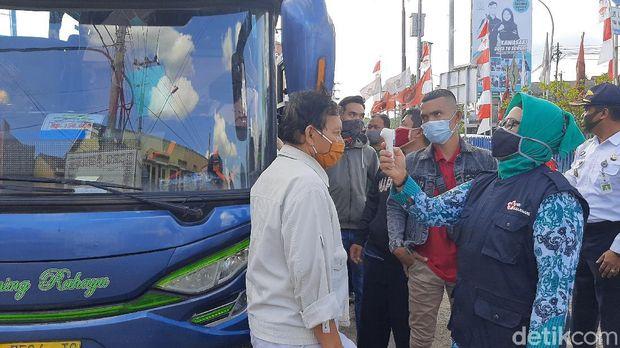 Penumpang dan awak bus yang masuk Cilacap dites swab untuk antisipasi COVID-19, Kamis (30/7/2020).