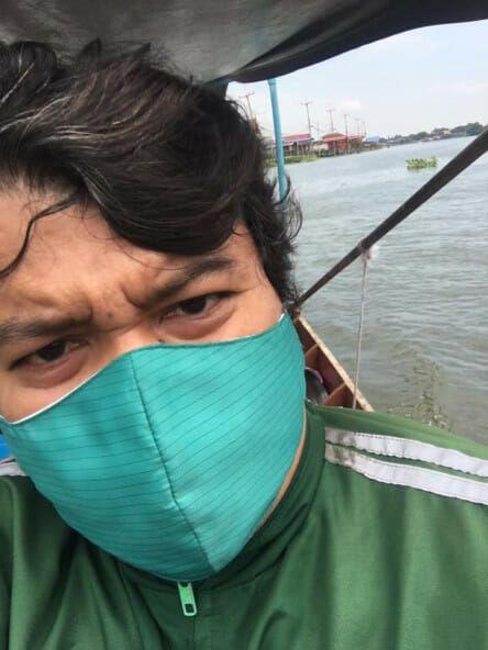 Perjuangan Ojol Mengarungi Sungai Demi Kirimkan Makanan Pembeli